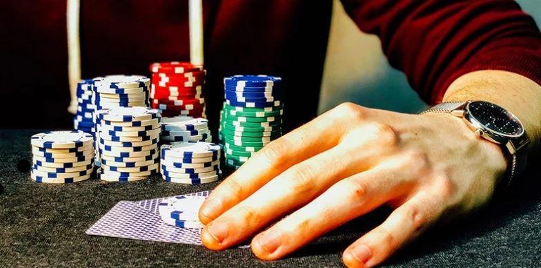 نشانه های پوکر (Poker Tells) - رفتار با چیپ ها - چیتا بت