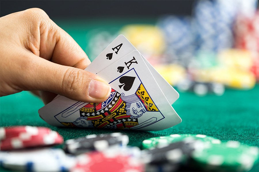استراتژی هول کاردینگ یا کارت رو شده در شرط بندی