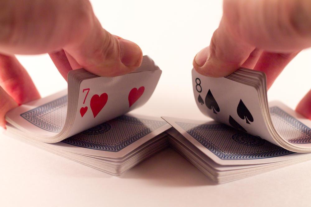 انعطاف ورق های پوکر - بُر زدن کارت های پوکر